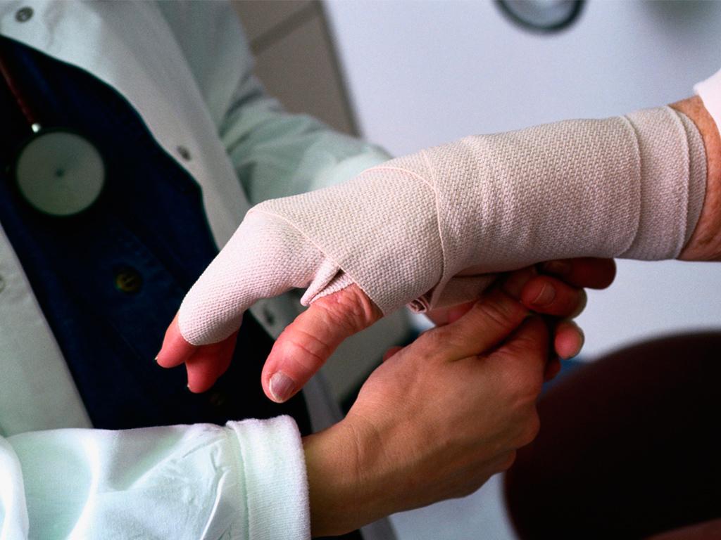 Производственная травма: порядок действий при несчастном случае на производстве и выплаты пострадавшему